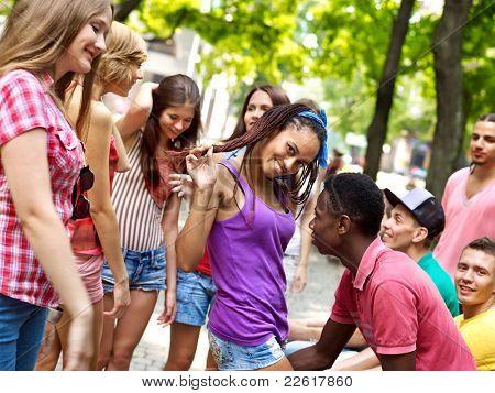 Grupo multiétnico de personas al aire libre.