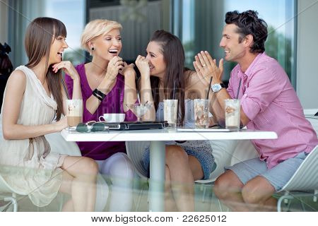 Fröhliche Freundesgruppe