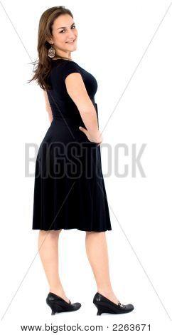 Chica elegante en un vestido negro