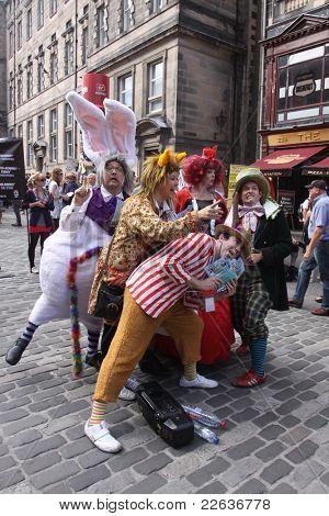 Edimburgo-14 de agosto: Miembros del teatro TaleGate dar a conocer su programa de aventuras de Alicia en Wonderl