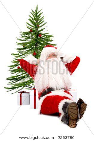 Santa Claus tegen een kerstboom