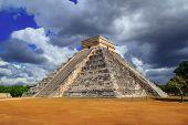 Постер, плакат: Чичен Ица Кукулькан Майя пирамиды резкое небо Мексика Юкатан