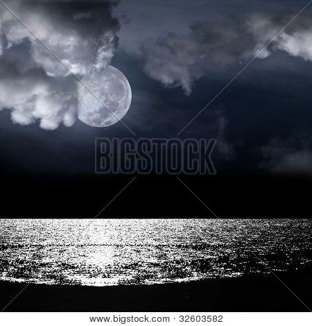 Linda lua cheia por trás nublado