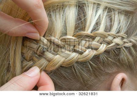 Braid one's hair