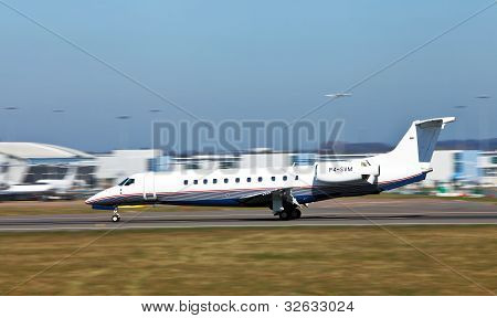 Bizz jet landing