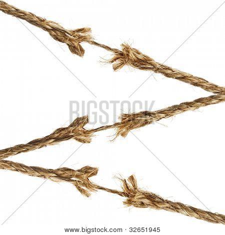 rompiendo roto dañado cuerdas de cáñamo, aisladas sobre fondo blanco