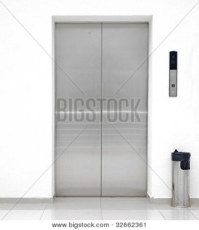 puerta del ascensor solo
