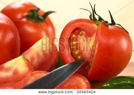 Globe Tomate schneiden