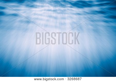 Rayos de luz bajo el agua