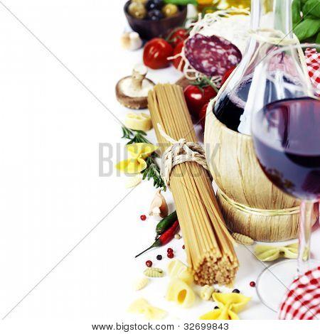 Italienisches Essen und Wein. Zutaten zum Kochen (Nudeln, Salami, Tomaten, Knoblauch, Pfeffer, Pilz, ba