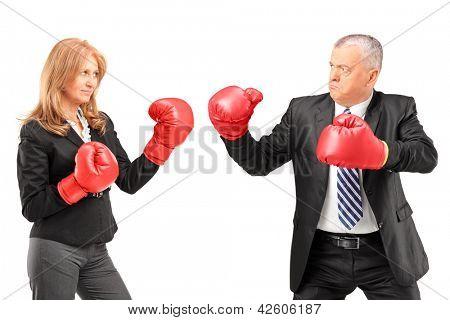Reife geschäftsfrau mit Boxhandschuhen, nachdem einen Kampf mit einem Geschäftsmann auf weißen TERGRU isoliert