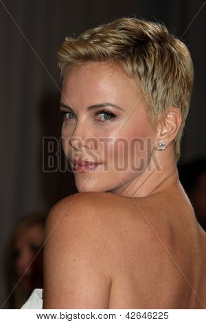 LOS ANGELES - 24 februari: Charlize Theron arriveert in de 85e Academy Awards, de Oscars presenteert op t