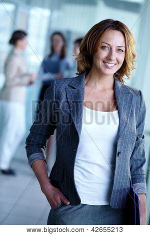 看看相机的漂亮女商人的形象