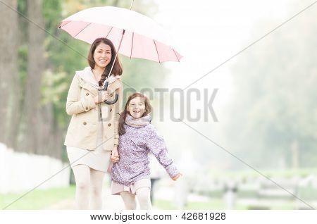 Feliz mãe e filha caminhando no Parque.
