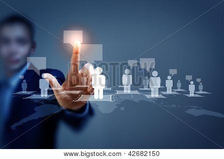 Bild des männlichen rührende virtuelle Symbol des sozialen Netzes
