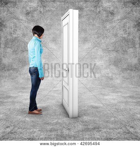 Menina antes de uma porta