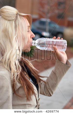 Agua potable de mujer