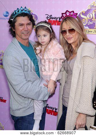 LOS ANGELES - NOV 09:  Lou Diamond Phillips, Yvonne & Indigo Yvonne arrives to the