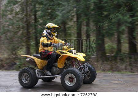 Mujer cabalgando vehículo todo terreno sobre carretera de registro