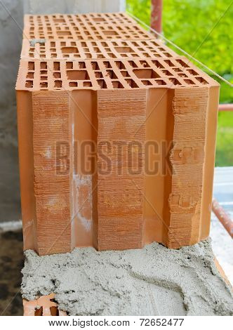 Block poroton placed on a bed grout on a bricklayer.
