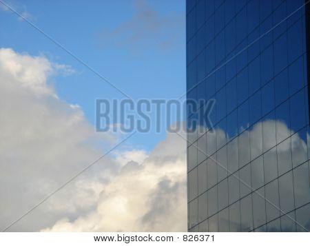 Wolken an einer glasigen Wand
