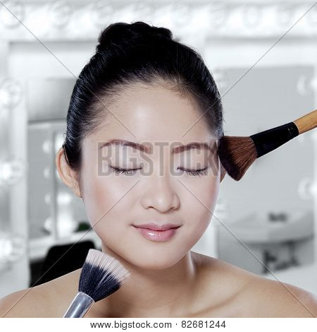 Chinese Girl Apply Makeup Brushes