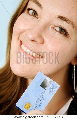 mujer de negocios con tarjeta de crédito sobre un fondo cian - Nota los números de tarjetas de crédito están formados por un