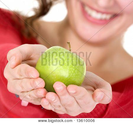 chica sosteniendo una manzana con sus manos mientras sonriendo - trata de apple