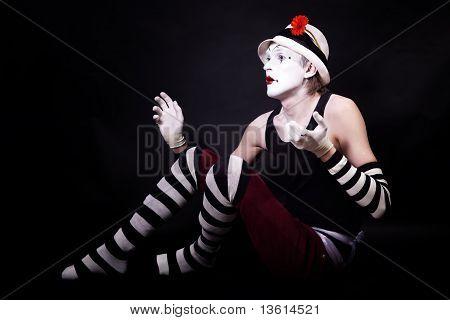 Mime gracioso dramático en sombrero blanco