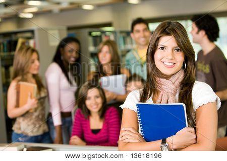 estudiante y profesor mira sonriendo en la biblioteca
