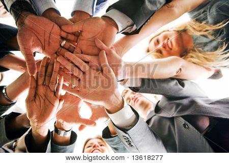 trabajo en equipo de personas de negocios en una oficina con manos juntas