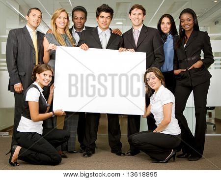 Añadir grupo de empresarios, sosteniendo una pancarta en una oficina