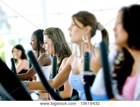 Gruppe von Frauen, die tun Herz in einer Turnhalle