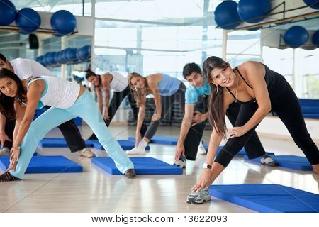 Grupo de personas de gimnasio en una clase de aeróbicos