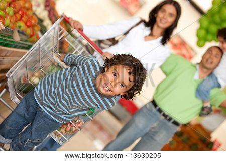 Família compras de alguns mantimentos no supermercado