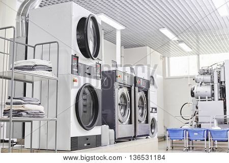 Automatic washing machine for washing clothes in dry cleaning
