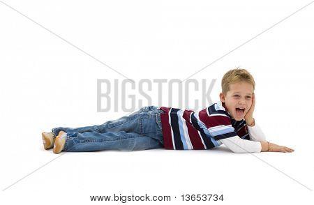 Junge trendige bunte t-Shirts tragen, auf Boden liegend, lachen. Isoliert auf weißem Hintergrund.