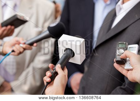 Press interview with politician, businessperson or spokesperson. News conference.
