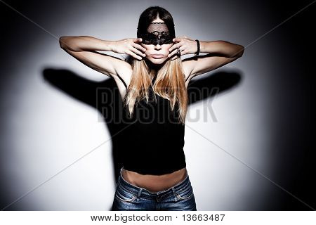 Renda preta sobre o rosto