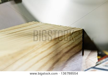 Table saw cuts off a piece of wood
