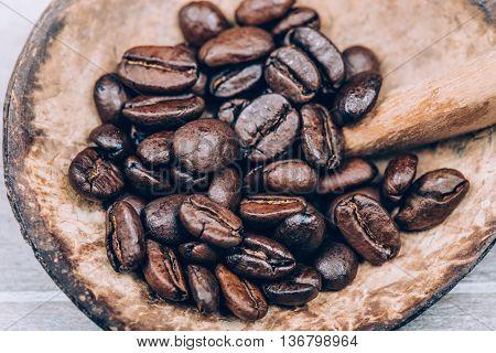 Gerosterde Koffie bonen met lepel, bruin hout