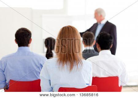 Gerente sênior, dando uma apresentação no escritório