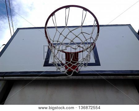 Cesta de baloncesto con enfoque desde abajo. Aro en Perfecta Calidad.
