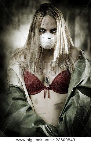 Retrato de mujer triste en la máscara de respiración