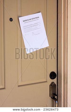 Aviso de despejo na porta de casa