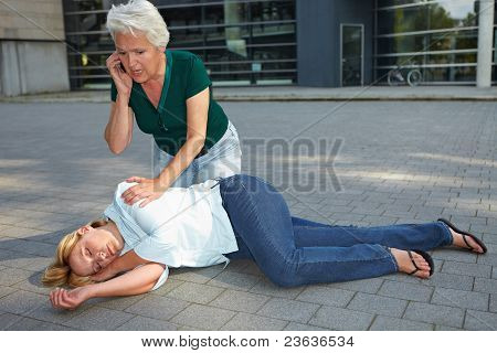 Senior Woman Calling Ambulanz