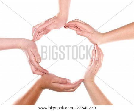 Grupo de manos formando un círculo