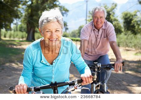 Senior Couple on Land-Radtour