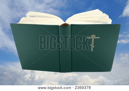 Geöffnete Bibel Buch über Himmel mit Clipping Path