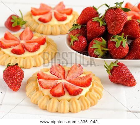 Tartlets with cream and strawberries